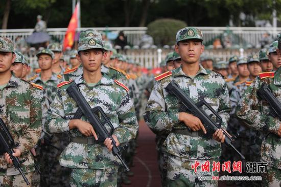 湘潭大学新生开展战术演练