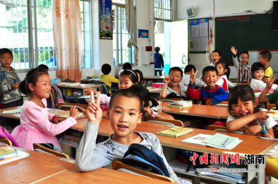 """""""温暖微行动""""走进湖南汝城 为瑶乡学校捐赠课桌书籍"""