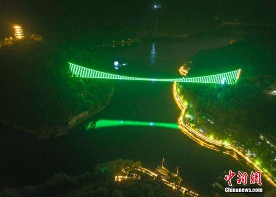 长沙石燕湖点亮玻璃桥迎国庆