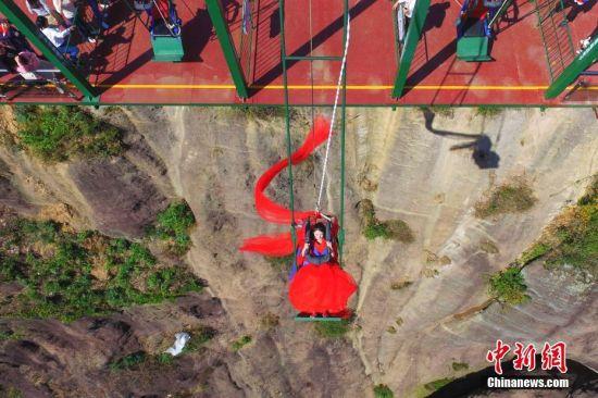 澳门永利官网线上娱乐女孩拍高空创意照 惊险刺激引围观