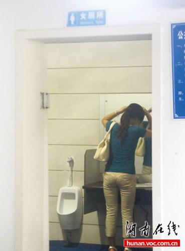 女厕大小便高清图_醉酒男子掉入女厕便坑