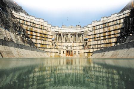 是峡谷,与一般水电站不同,溪洛渡水电站的发电厂房设于左、右两