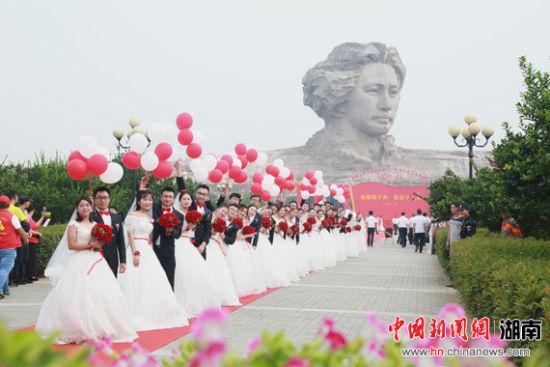19对新人长沙举行集体婚礼 与观众齐唱爱国歌曲