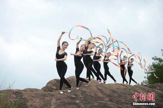 湖南平江上演悬崖艺术体操 美女高空秀身段