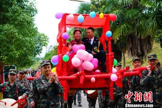 军营举办集体婚礼 21对新人喜结连理