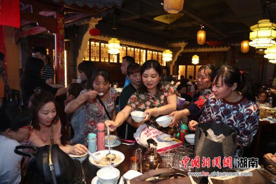 """""""妈妈的味道""""厨艺比拼长沙举行 湘菜大师现场点赞"""