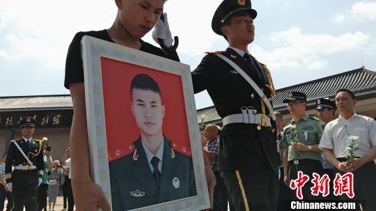 21岁消防战士谢勇骨灰荣归故里 战友回忆救火过程