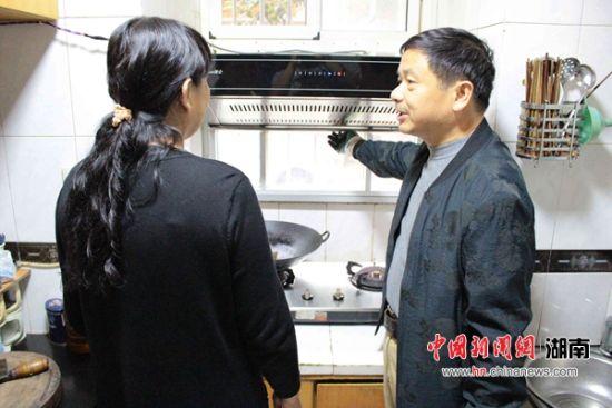 """长沙荷晏社区居民安装油烟净化器打好""""蓝天保卫战"""""""