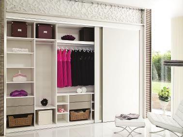 纯白简欧式衣帽间,整体设计呈现白色简欧风格