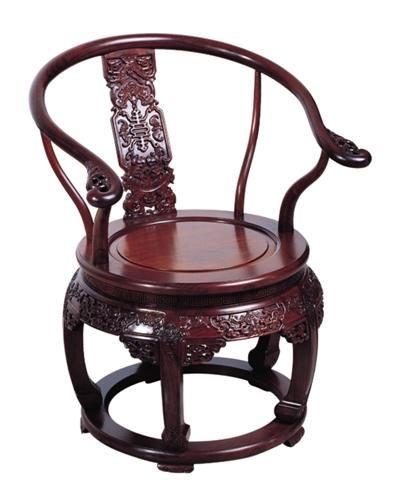 """卓瑞家具有限公司首席设计师邹伟华曾撰文分析官帽椅:""""其搭脑,靠背板"""
