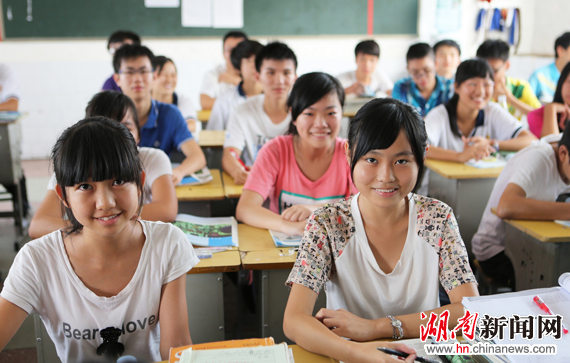 临武对高中阶段就读学生实行两免一补一奖励