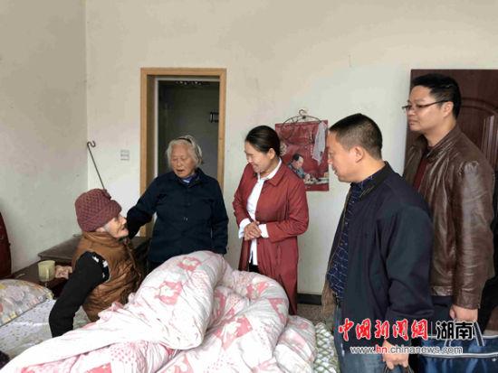 """益阳市扶贫队为桃江""""氧吧寿星""""送重阳祝福"""