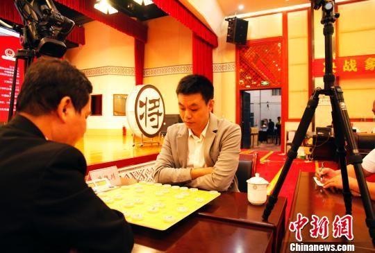 """广西业余棋王""""争霸"""" 冠军对弈许银川战成和局"""