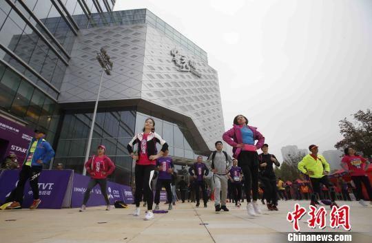 重阳节登高向上 长沙北京广州三城千人联动登楼