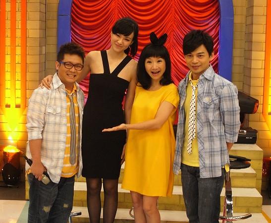 李艾(左二)录制《大学生了没》